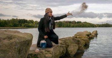 mulher jogando cinzas da cremação ao mar