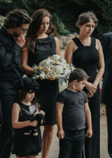 Família durante o sepultamento de um ente querido.