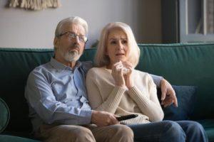Casal de idosos assistindo dicas de filmes para refletir sobre a morte