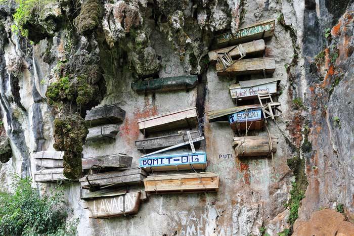 Caixões pendurados em penhascos nas Filipinas fazem parte das diferenças culturais para a morte.
