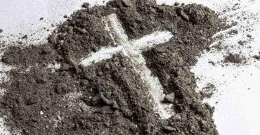 Desenho de uma cruz e o que a Igreja Católica diz sobre cremação