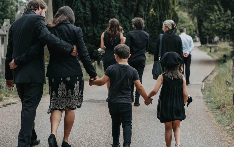 Família que buscou evitar despesas com funeral na saída do cemitério