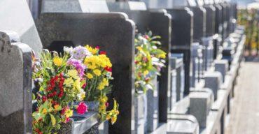 Jazigo perpétuo com flores sobre os caixões