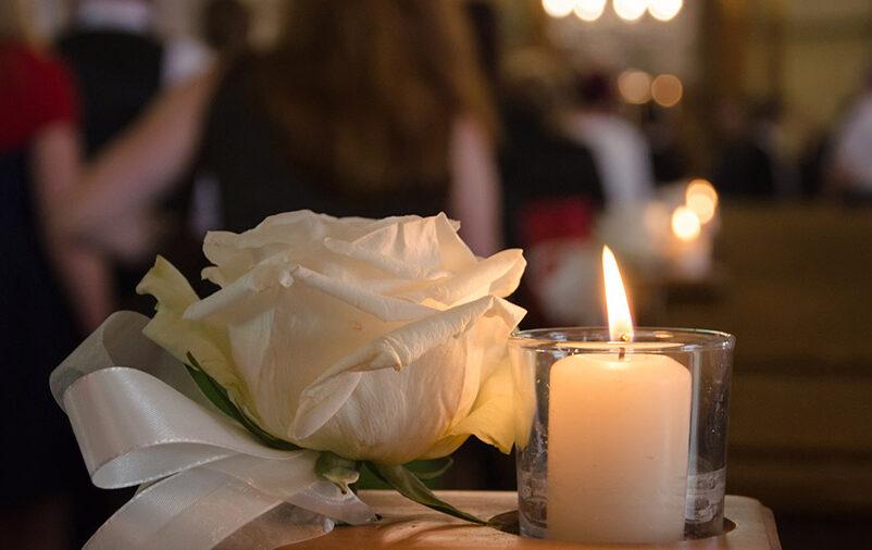 Vela e rosa branca fazem parte do processo para organizar o funeral